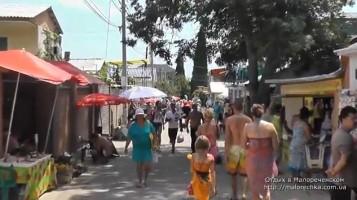 Торговая улица по дороге к морю в Малореченском