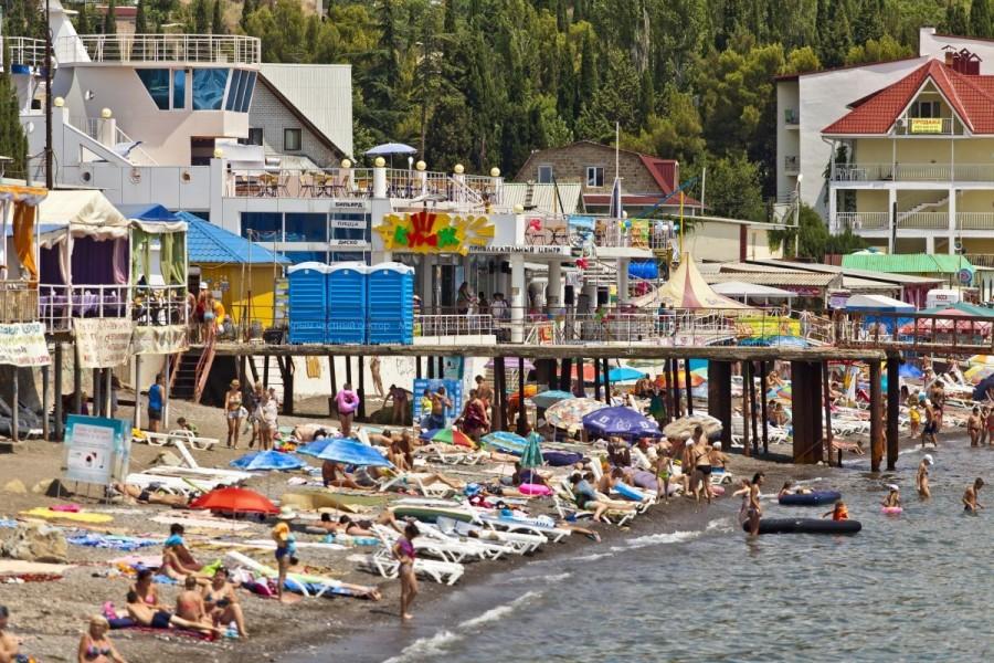 Пирс на пляже в Малореченском
