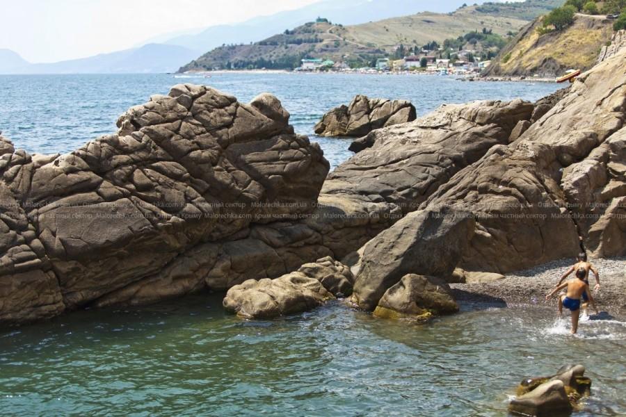 Скалы в море в поселке Малореченском