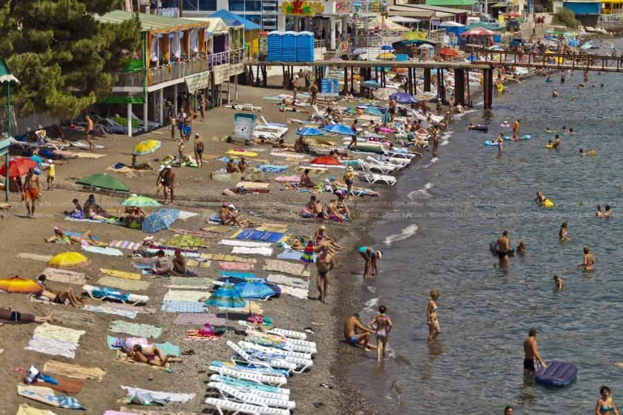 Многолюдные пляжи поселка Малореченское