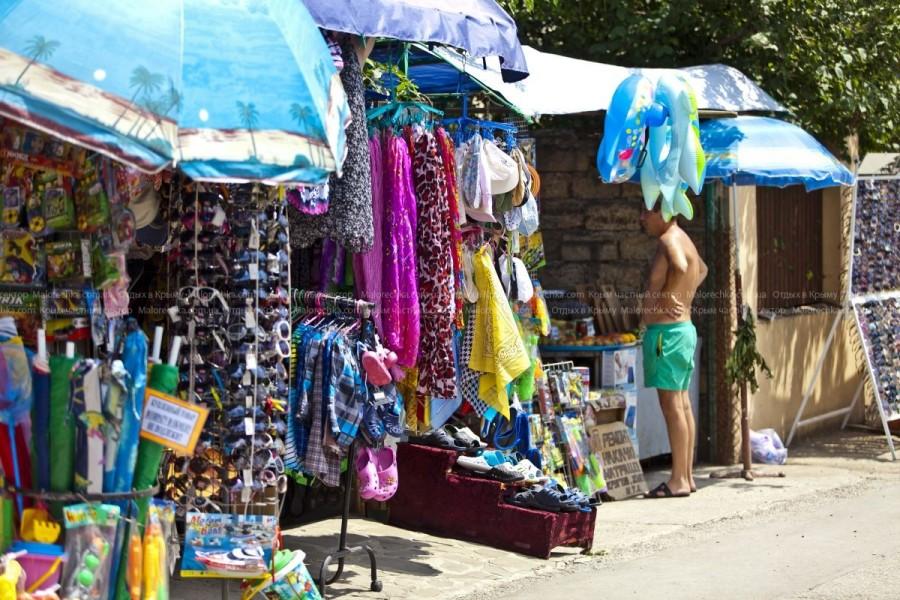 Лавки с пляжной одеждой в Малоречке