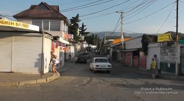 Главная улица с торговыми точками в Рыбачьем