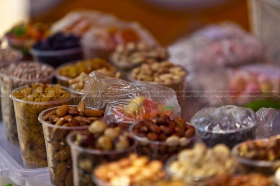 Прилавки с разными вкусностями в Малореченском