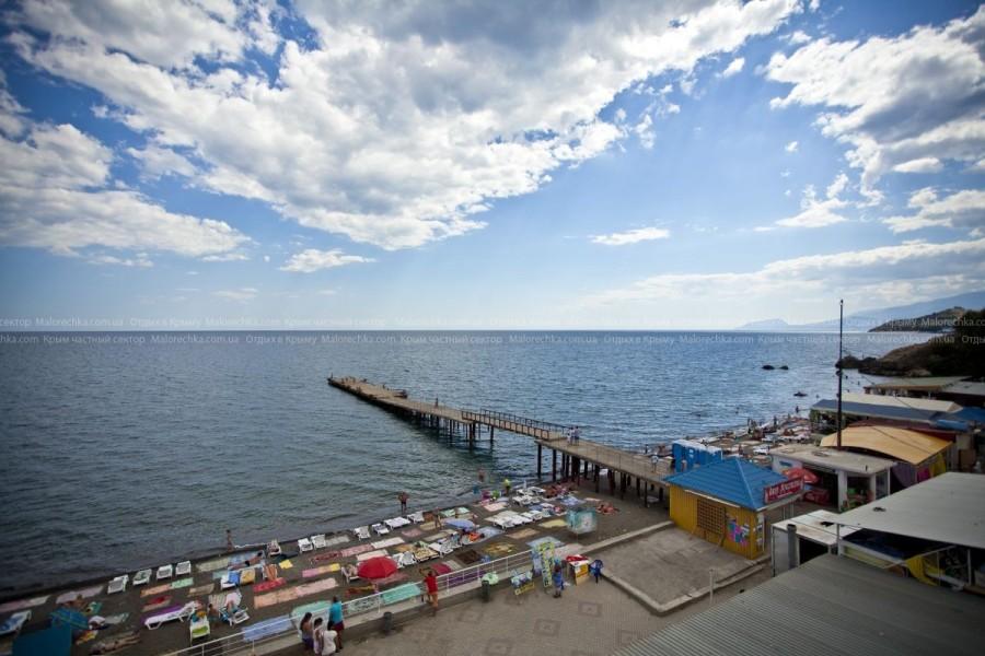 Вид сверху на пляж Малореченского