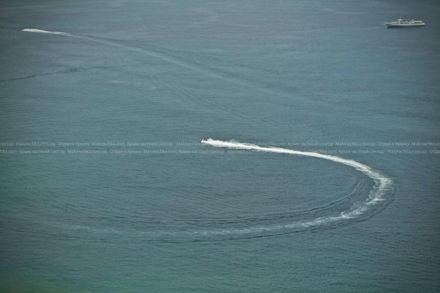 Водный мотоцикл на берегу в Рыбачьем