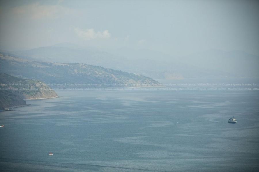 Берег моря в Рыбачьем в дымке
