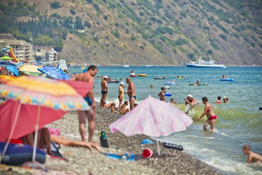 Отдыхающие на пляже в Рыбачьем