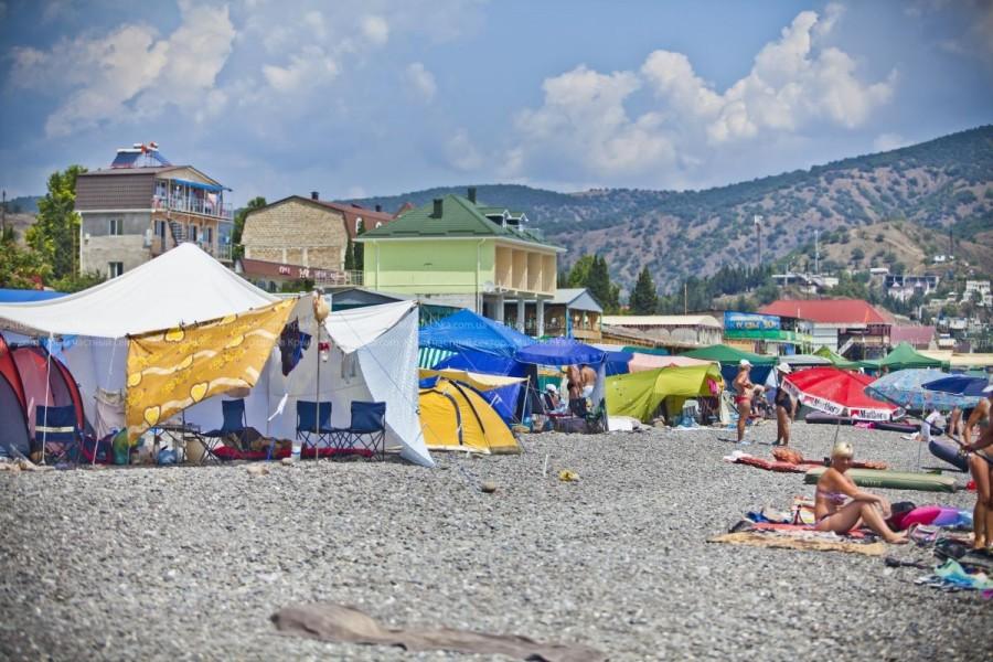 Палатки на пляже в Рыбачьем