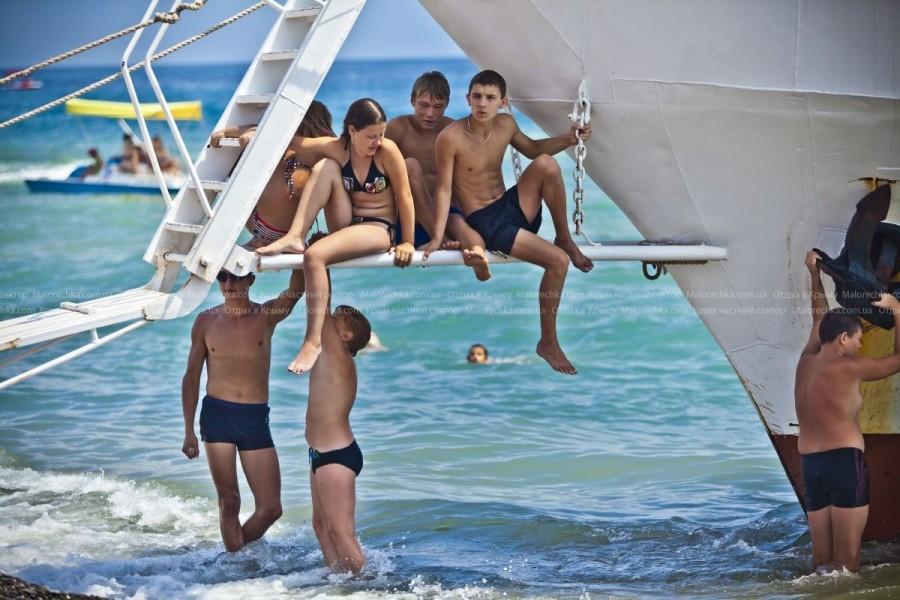 Молодежь на отдыхе в Рыбачьем