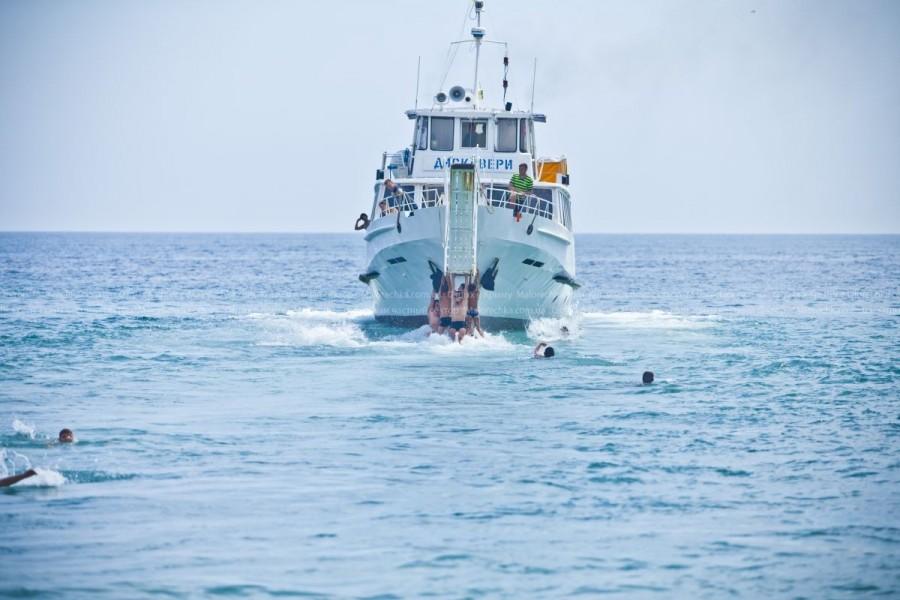Теплоход, уходящий в море в Рыбачьем