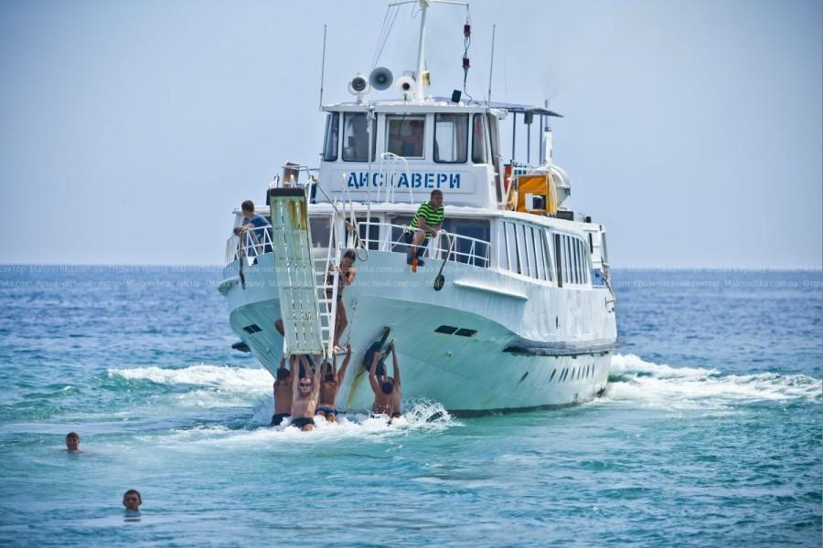 Отплывающий теплоход с причала в Рыбачьем