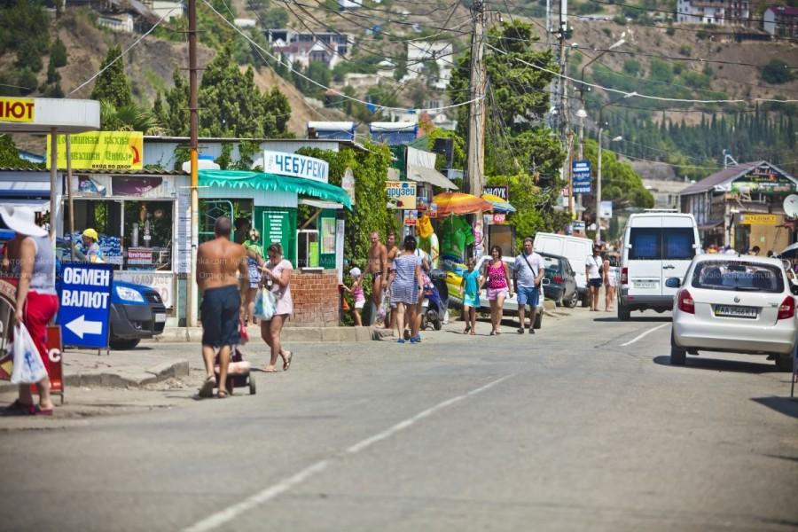 Магазины вдоль дороги в Рыбачьем