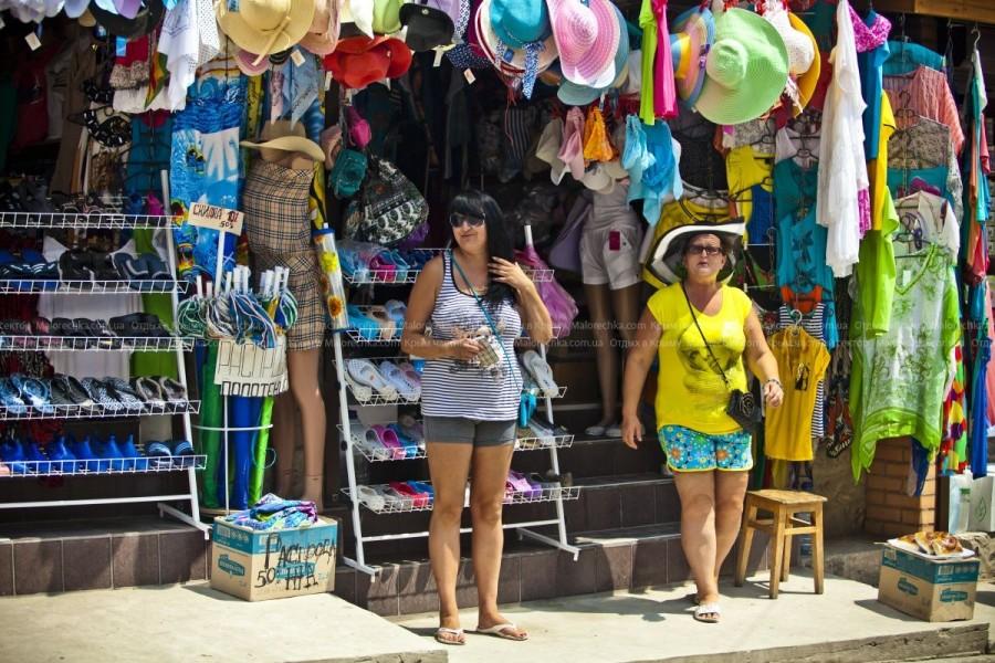 Приветливые продавцы на рынке в Рыбачьем