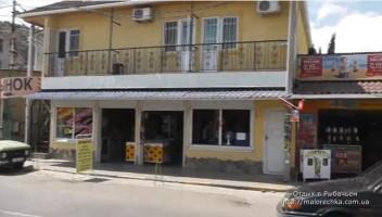 Центральная улица с магазинами в поселке Рыбачье