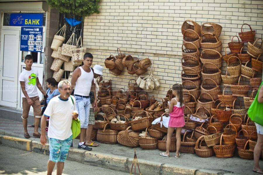 Киоски с сувенирами и одеждой в Рыбачьем