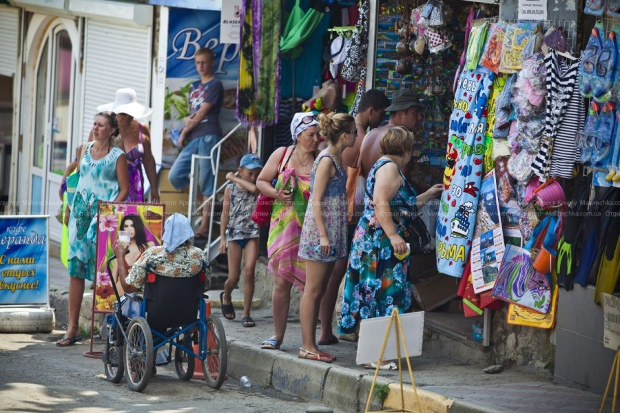 Киоски с пляжной одеждой и аксессуарами в Рыбачьем