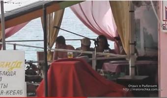Уютные бары для отдыха на набережной в Рыбачьем